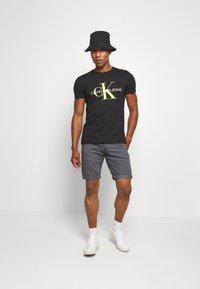 Calvin Klein Jeans - MONOGRAM LOGO SLIM TEE - T-shirt con stampa - black - 1