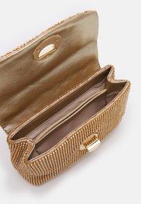 Forever New - UMA CROSSBODY BAG - Sac bandoulière - gold-coloured - 2