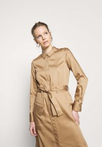 Marc O'Polo PURE - DRESS LONG SLEEVES UTILITY DETAILS CARGO POCKET - Skjortekjole - mellow almond - 3