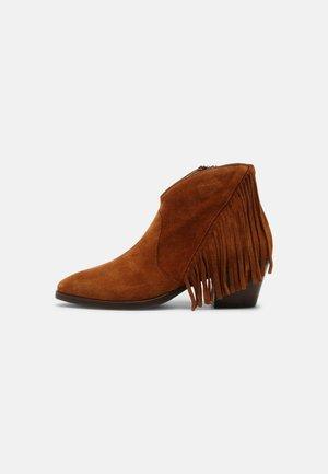 SARA - Kovbojské/motorkářské boty - cognac