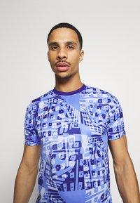 Nike Performance - DRY ACADEMY  - Print T-shirt - royal pulse/white - 3