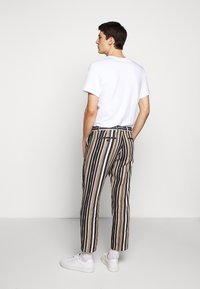CLOSED - ATELIER CROPPED - Trousers - golden oak - 2