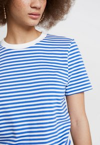 Selected Femme - Print T-shirt - dazzling blue/snow white - 6