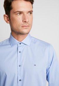Tommy Hilfiger Tailored - POPLIN CLASSIC SLIM SHIRT - Formální košile - blue - 6
