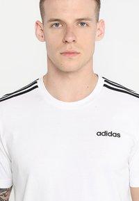 adidas Performance - ESSENTIALS SPORTS SHORT SLEEVE TEE - Print T-shirt - white/black - 4