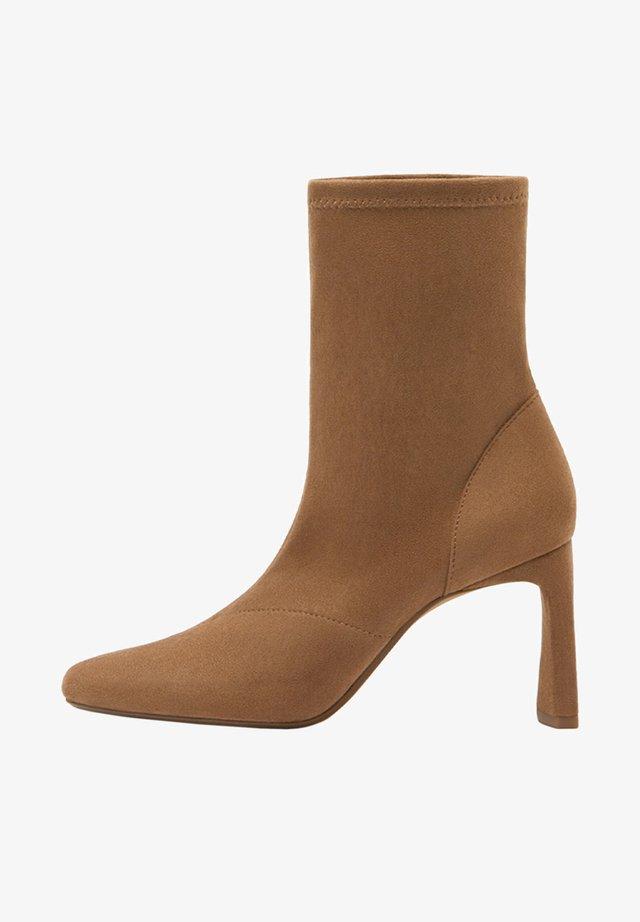 ENG ANLIEGENDE - Boots à talons - ochre