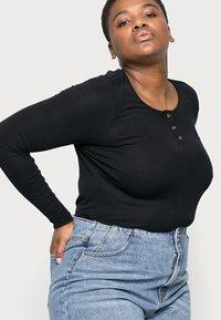 Vero Moda Curve - VMIDA BARREL CUTLINE - Relaxed fit jeans - light blue denim - 3