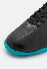 Umbro - VELOCITA VI CLUB IC - Indoor football boots - black/white/cyan blue - 5