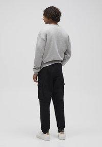 PULL&BEAR - Pantalon cargo - dark grey - 2