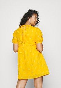 Vero Moda Curve - VMASTA 2/4 DRESS  - Denní šaty - saffron/birch - 2