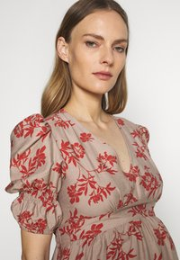 Glamorous Bloom - DRESS - Denní šaty - stone/rust flower - 4