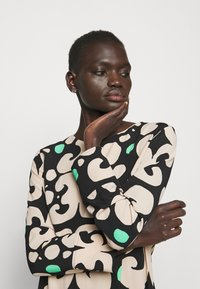 Marimekko - KEHO PIENI KEIDAS DRESS - Robe d'été - black/beige/green - 3