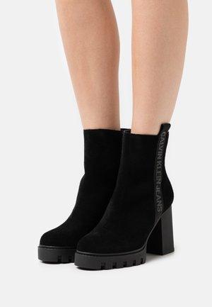 PLATFORM MID TAPE ZIP - Kotníkové boty na platformě - black