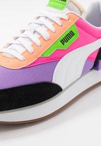 Puma - FUTURE RIDER PLAY ON UNISEX - Zapatillas - luminous purple/fluo pink - 8