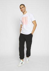 Carhartt WIP - FADING SCRIPT - Print T-shirt - white/pop coral - 1