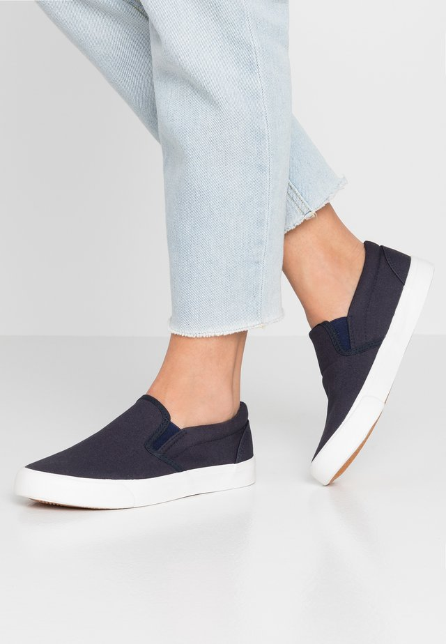 WIDE FIT PIA BASIC - Slip-ons - navy