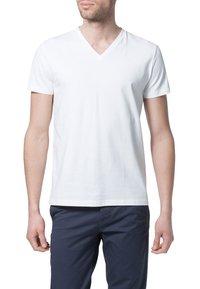Filippa K - SOFT LYCRA NECK - T-shirt basic - white - 2