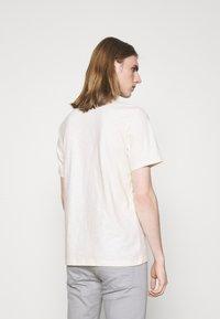 HUGO - DASABI - Print T-shirt - natural - 2