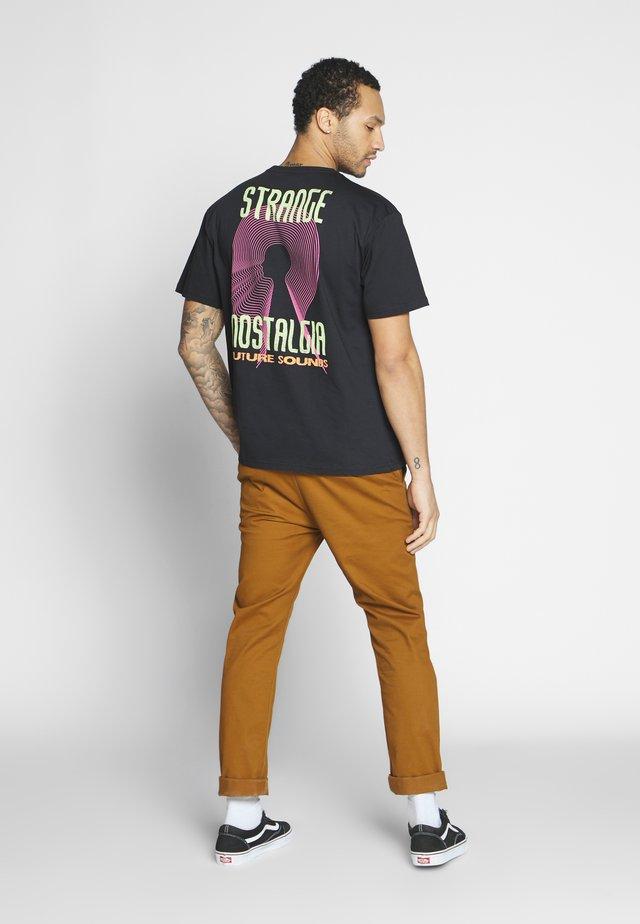 STRANGE NOSTALGA - T-shirt med print - charcoal