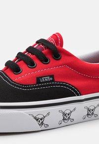 Vans - ERA UNISEX  - Sneakersy niskie - black/high risk red - 5