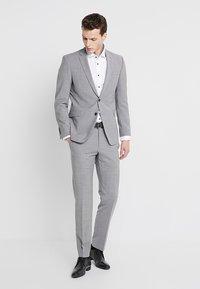 Seidensticker - SLIM SPREAD PATCH - Camisa elegante - weiß/hellblau - 1