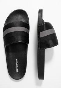 Steve Madden - SWERVE - Pantolette flach - black/grey - 1