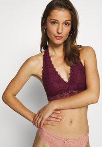 Gilly Hicks - CORE HALTER - Triangle bra - berry wine - 3
