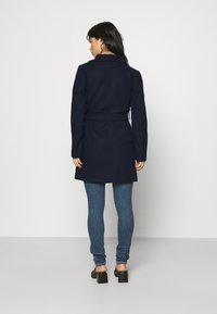 VILA PETITE - VICOOLEY COLLAR BELT COAT - Classic coat - navy blazer - 2