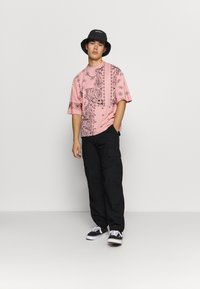 Jaded London - CUT AND SEW PAISLEY TEE - T-shirt con stampa - pink - 1