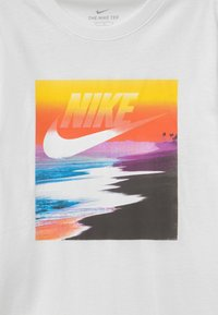 Nike Sportswear - FUTURA BEACH UNISEX - Print T-shirt - white - 2