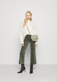 Monki - WENDY TROUSERS - Trousers - khaki green medium dusty solid - 1