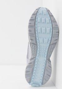 Reebok - RIDGERIDER 5.0 - Obuwie do biegania treningowe - cold grey/glas blue/white - 4