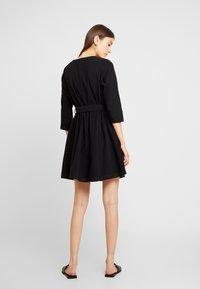 Pieces - PCESMO 3/4 SLEEVE DRESS - Robe chemise - black - 3