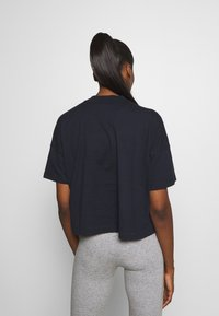 Champion - CROP LEGACY - Printtipaita - dark blue - 2
