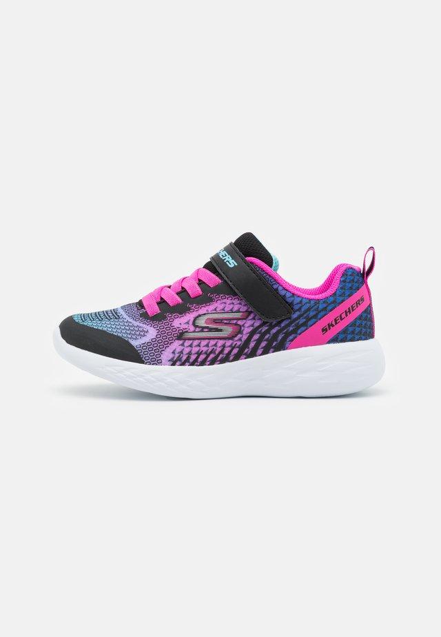 GO RUN 600 RADIANT RUNNER - Neutral running shoes - black/multicolor