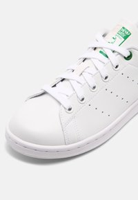 adidas Originals - STAN SMITH UNISEX - Sneakers basse - white/green/clear brown - 6