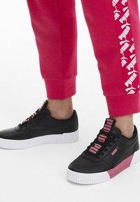 Puma - PUMA CARINA BOLD TRAINERS FEMALE - Sports shoes - black-puma black - 0