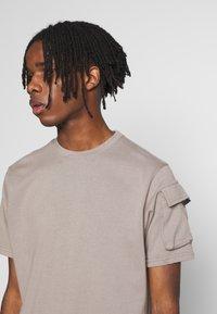 Mennace - UTILITY SLEEVE POCKET - Print T-shirt - beige - 4