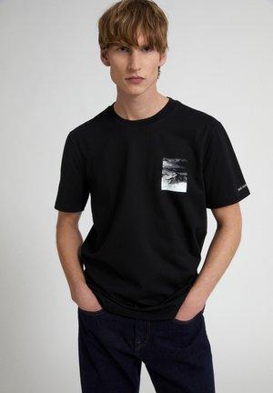 AADO PEAK - Print T-shirt - black