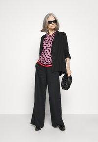 Emily van den Bergh - Bluser - black/pink - 1