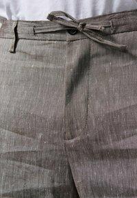 Zuitable - LEICHTE  - Trousers - braun - 4