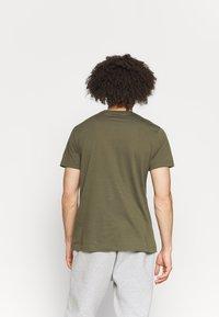 Reebok - RI BIG LOGO TEE - T-shirt imprimé - army green - 2