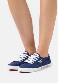 Pepe Jeans - ABERLADY ECOBASS - Sneakersy niskie - marine - 0