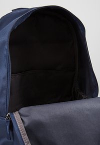 Nike Sportswear - HERITAGE - Reppu - obsidian/atmosphere grey - 4