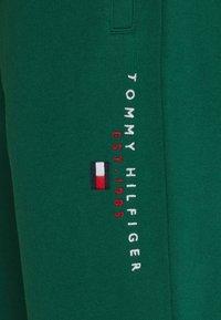 Tommy Hilfiger - ESSENTIAL - Pantaloni sportivi - rural green - 7