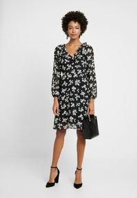 Wallis - HEART FLORAL BUTTON DRESS - Sukienka letnia - mono - 1