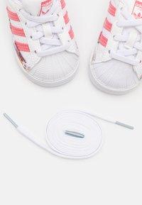 adidas Originals - SUPERSTAR UNISEX - Sneakers laag - footwear white/hazy rose - 5