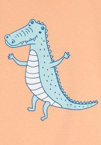 Walkiddy - CROCODILE SURFING PLACEMENT 2 PACK - T-shirt con stampa - dark blue/orange - 4