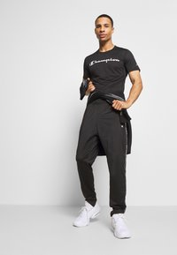 Champion - LEGACY TRAINING CREWNECK - T-shirt imprimé - black