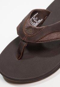 Reef - FANNING - Sandály s odděleným palcem - brown - 5